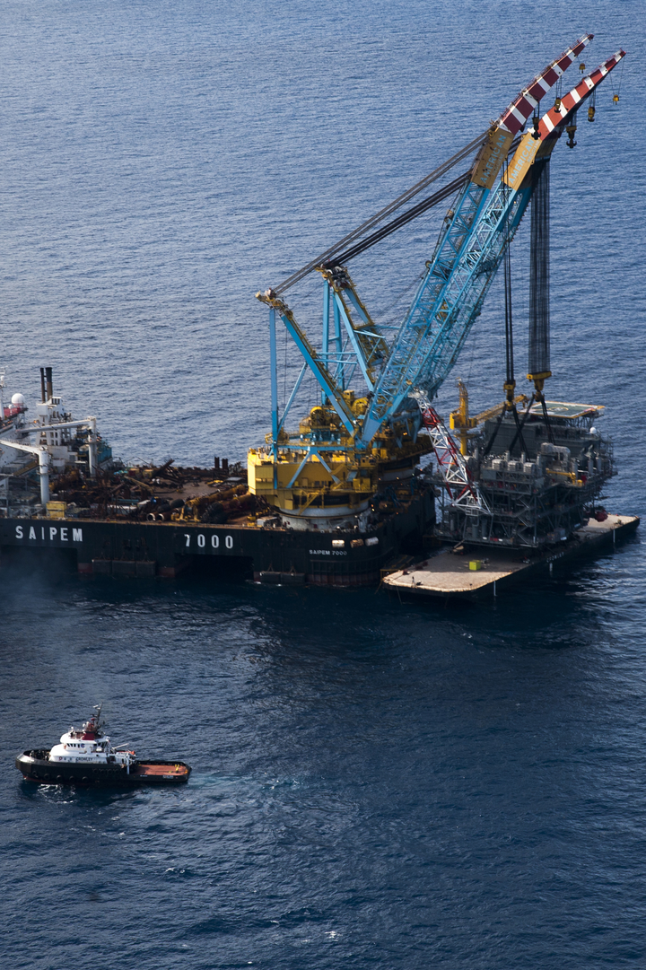 Crowley tugs deliver to Tubular Bells