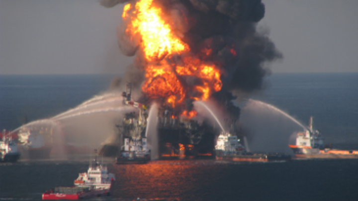 <i>Deepwater Horizon</i> on fire in the GoM.