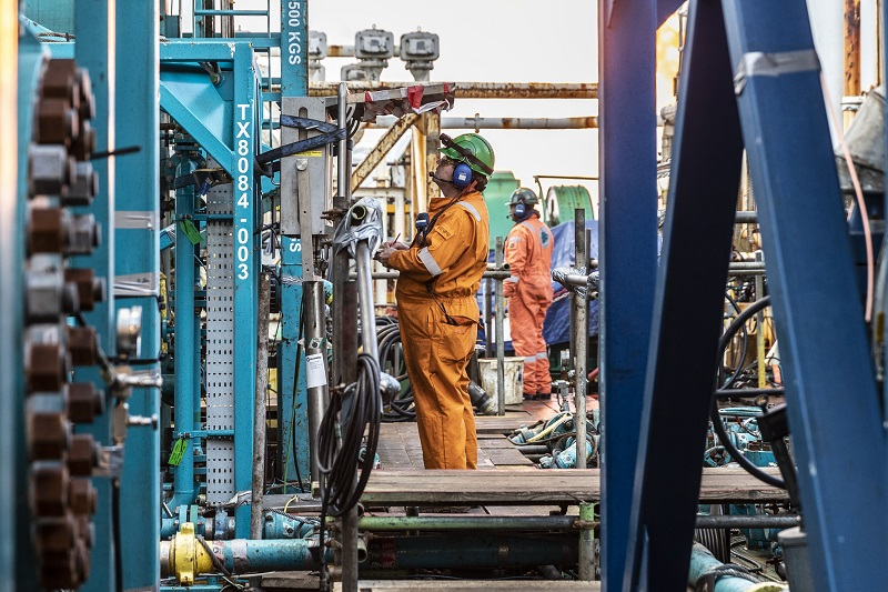 Well test operations on the semisubmersible drilling rig West Hercules