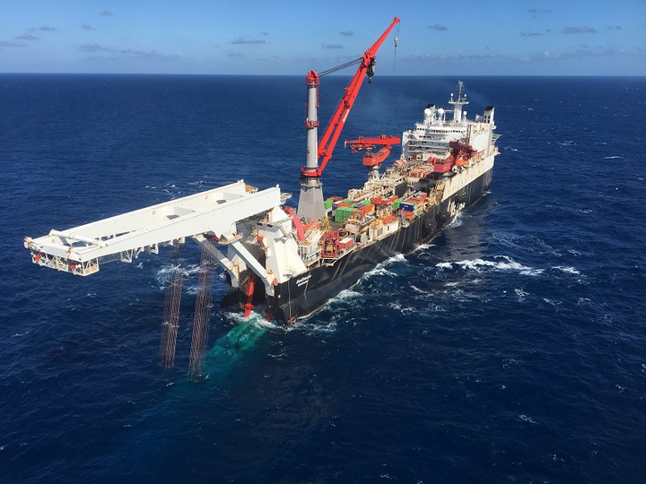 Solitaire pipelay vessel