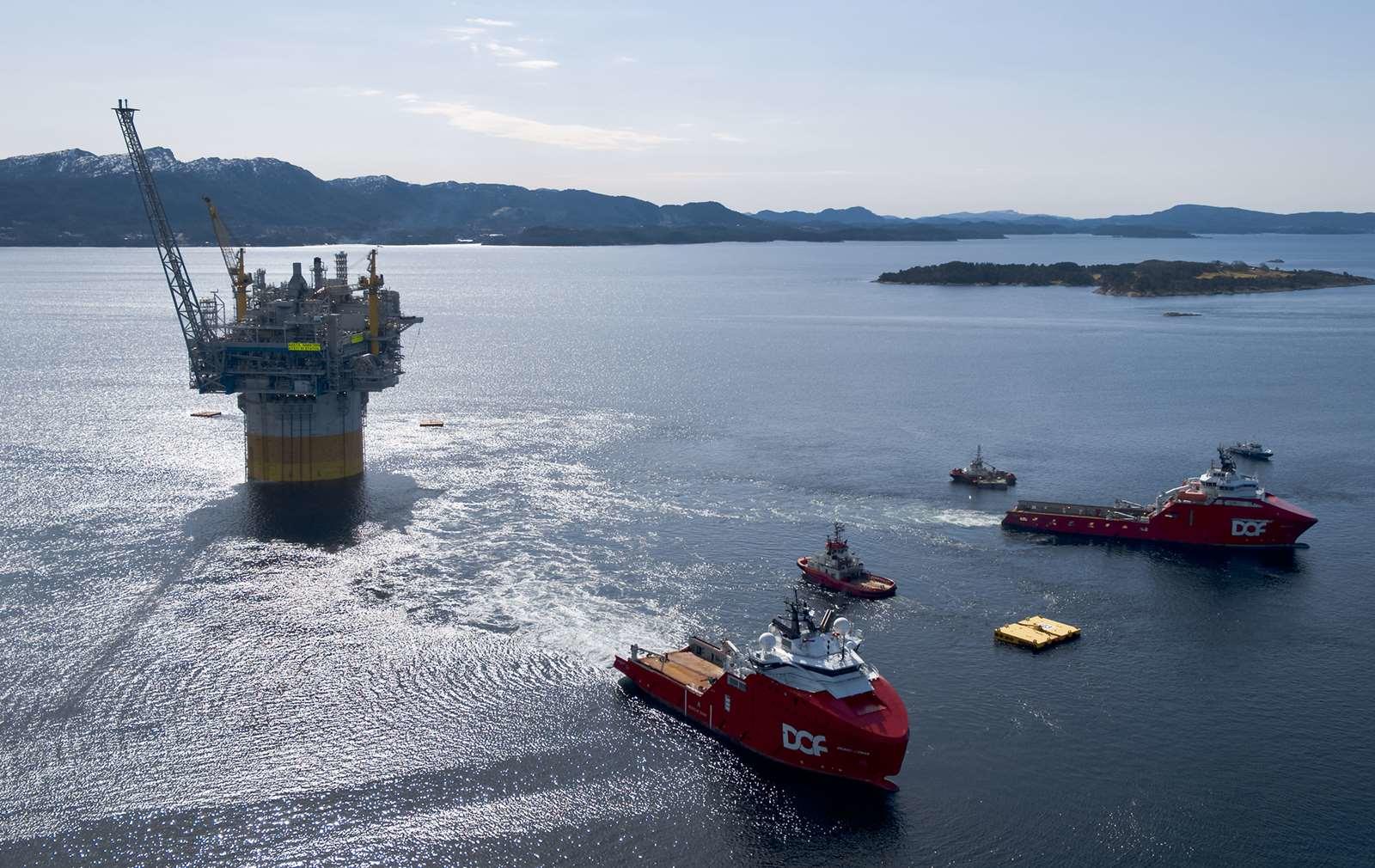 DOF vessels Skandi Vega and Skandi Iceman towing the Aasta Hansteen spar platform.