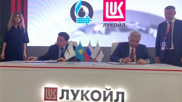 KMG CEO Alik Aidarbayev and Lukoil President Vagit Alekperov signing the I-P-2 heads of agreement.