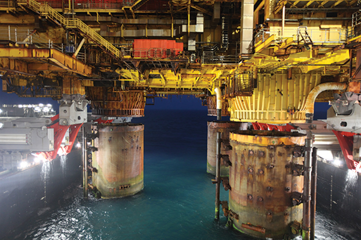 The Pioneering Spirit lifting the Brent B platform topsides. (Courtesy Allseas)