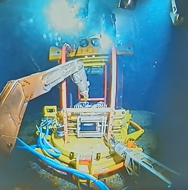 The F-Decom tooling system deploying its 'anchor hub' onto a subsea cell top.